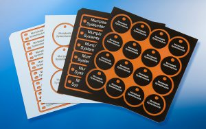 Etichete aluminiu anodizat. imprimare cu laser pentru contrast, durabilitate si lizibiltate ridicata