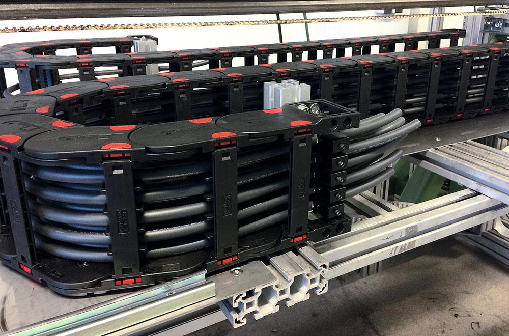 Lant portcablu mare asezat orizontal la 90 de grade. Cabluri mari. Ideal pentru industrii grele si medii de lucru dure