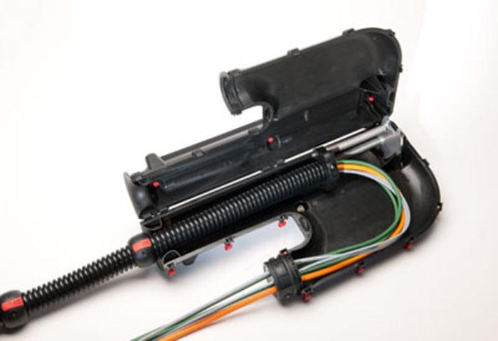 R-tec box permite robotului sa realizeze o gama larga de miscari pastrand in acelasi timp cablurile si furtunurile organizate, protejate si in afara pericolelor