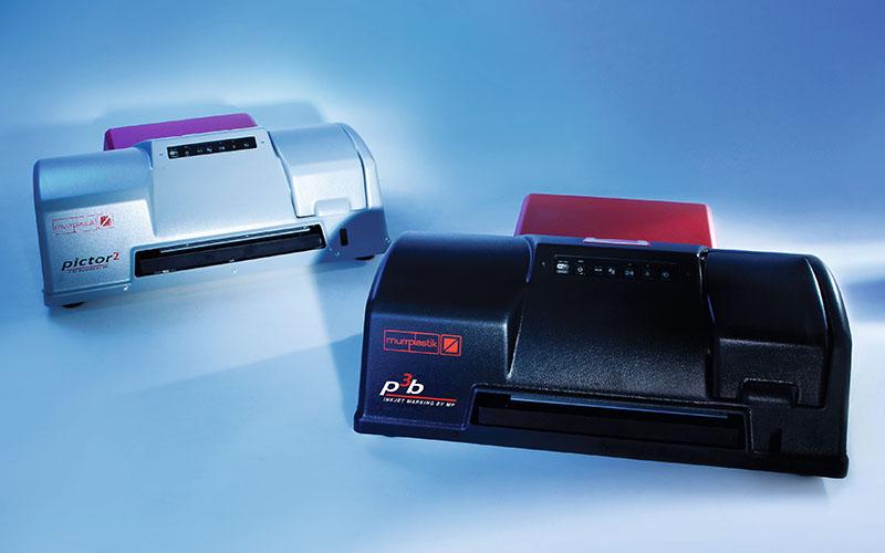 Imprimare cu jet de cerneala. Durata semnificativ imbunatita a cartusului si capacitatea mare reprezinta alte avantaje cheie. Pot fi imprimate diferite tipuri de etichete deodata